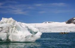Kajak durch Gletscher Stockfotos