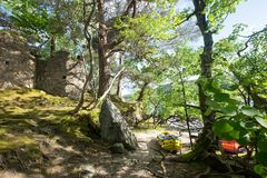 Kajak e castello sull'isola di Inveruglas fotografia stock libera da diritti