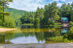 Kajak in een weinig Pea Porridge Pond in New Hampshire met mounta Stock Afbeelding