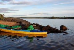Kajak en el banco del lago Imágenes de archivo libres de regalías