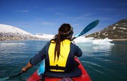 Kajak en el lago del glaciar imagen de archivo