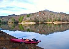 Kajak en el lago en invierno Foto de archivo libre de regalías