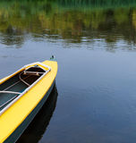 Kajak en el río. Imagen de archivo libre de regalías