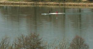 Kajak en kano op het meer dichtbij kust - telephotolengte - vervorming van de atmosfeer stock footage