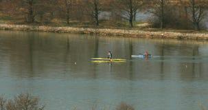 Kajak en kano op het meer - telephotolengte - vervorming van de atmosfeer stock video