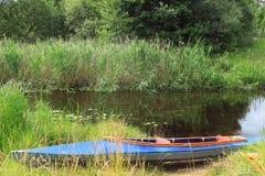 Kajak en la orilla del río Foto de archivo libre de regalías