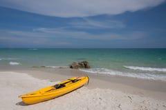 Kajak en la playa Foto de archivo