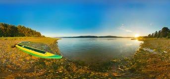 Kajak en panorama de la costa del río, Imágenes de archivo libres de regalías