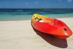 Kajak en peddel door de kust op het mooie witte zand van Labadee, Haïti royalty-vrije stock foto's