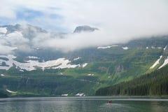 Kajak en un lago mountain - Alberta, Canadá Imagen de archivo