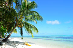 Kajak en una playa blanca tropical imágenes de archivo libres de regalías
