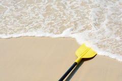 Kajak giallo della pagaia sulla spiaggia Fotografia Stock Libera da Diritti