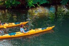 Kajak giallo due che galleggia giù il fiume a Bamberga fotografie stock