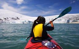 Kajak in Gletschersee Stockfoto