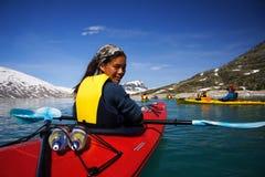 Kajak in Gletschersee Stockfotografie
