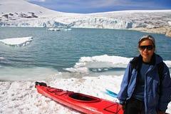 Kajak in Gletschersee Lizenzfreie Stockfotos