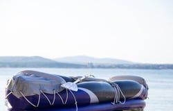 Kajak gonfiabile dal mare in tempo soleggiato Concetto: sport estremi, sport acquatici Fotografie Stock