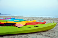 Kajak in het strand Stock Fotografie