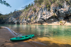 Kajak i kustfloden på Thailand Royaltyfri Bild
