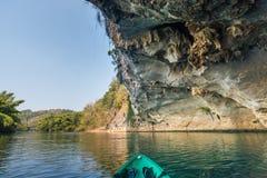 Kajak i riverkwai med grottan Arkivbilder