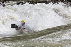 Kajak i whitewater Royaltyfria Bilder