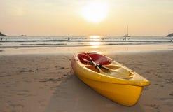 Kajak kajakowa łódź na plaży podczas zmierzchu Obrazy Royalty Free