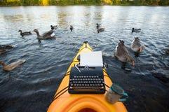 Kajak met een schrijfmachine Royalty-vrije Stock Afbeelding