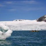 Kajak nahe Gletscher stockfotografie