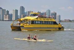 Kajak och New York vattentaxi royaltyfri bild