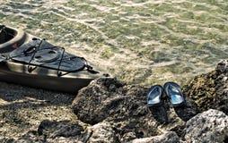 Kajak och sandaler Royaltyfri Fotografi