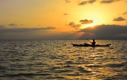 Kajak och solnedgång Arkivbild