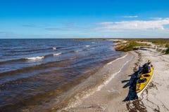 Kajak odpoczywa na plaży zdjęcie stock