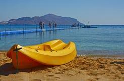 Kajak op de kust stock afbeeldingen