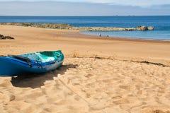 Kajak op een strand Stock Afbeeldingen