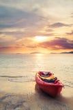 Kajak op het strand in zonsondergang, selectieve nadruk en ondiepe diepte van gebied, uitstekende toon, zachte nadruk Stock Foto