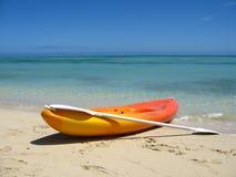 Kajak op leeg strand Stock Afbeelding
