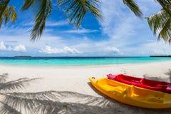 Kajak op strand Stock Foto's
