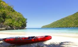 Kajak op tropisch strand Stock Foto