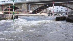 Kajak opleiding, Kajakras dichtbij de brug waar de water sterke draaikolken zich dichtbij de stapels voordoen stock video
