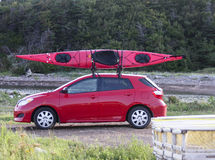 Kajak op een kleine auto stock afbeeldingen
