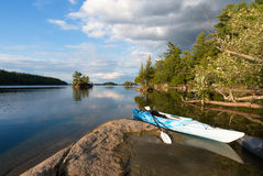 Kajak på den nordliga sjön Royaltyfri Bild