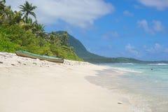Kajak på den sandiga stranden Huahine franska Polynesien Royaltyfri Foto