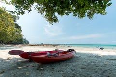 Kajak på den tropiska stranden, Thailand arkivbild