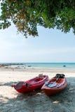 Kajak på den tropiska stranden, Thailand royaltyfria foton