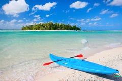 Kajak på en strand royaltyfri bild