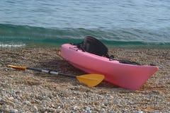Kajak på ett Pebble Beach Royaltyfria Foton