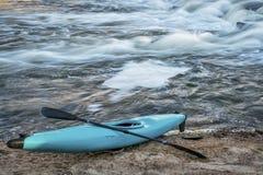 Kajak på flodkust Royaltyfria Bilder