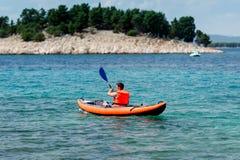 Kajak på havet Arkivbild