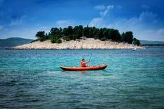 Kajak på havet Arkivbilder