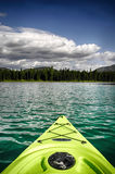 Kajak på sjön arkivbilder